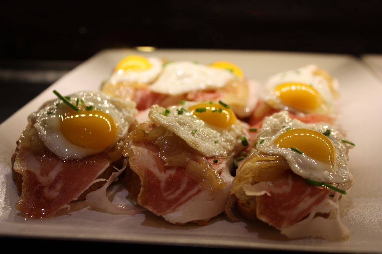 Quails eggs with Spanish ham